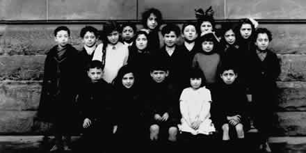 A group of Jewish children in the Gorbals. 1917.